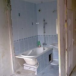 Falvágással fürdőszoba nagyobbítás panelban