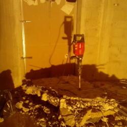 Kivágott betonfa darabolása